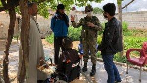 Mehmetçik, PKK/YPG'nin sakat bıraktığı Suriyeli çocuğu ziyaret etti