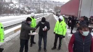 Polisten Yolda Bekleyen Vatandaşlara Çay ve Simit İkramı